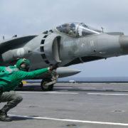 un caccia pronto al decollo da una portaerei