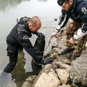 I palombari del Comsubin impegnati nella bonifica degli ordigni nel fiume Adige (foto Marina Militare)