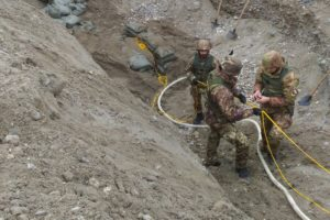 Gli artificieri dell'esercito al lavoro per la bonifica da ordigni bellici (foto Esercito Italiano)