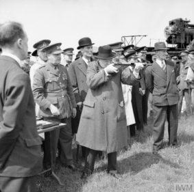 Winston Churchill prova lo sten (foto Imperial War Museum)