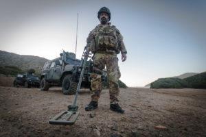 Soldato italiano con Metal detector