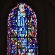 D-day Saint Mere Eglise, il parà sul tetto della chiesa e la vetrata artistica che ricorda l