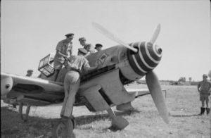 Avieri della Raf ispezionano un ME109 con l'asso di Picche (foto Imperial War Museum)