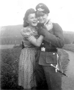 Harti Schmiedel con la fidanzata Margot (foto dal sito absa3945.fr)