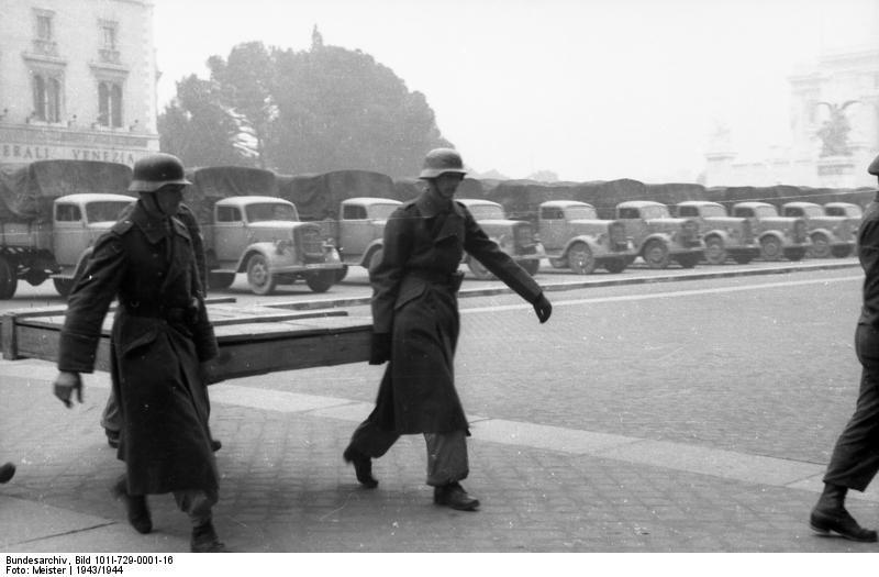 Soldati tedeschi con opere d'arte trafugate (ph Bundesarchiv)