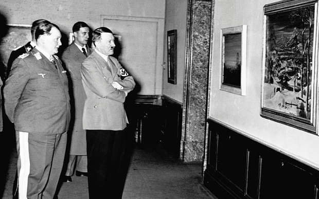 Hitler e Goering davanti a opere d'arte rubate (National Archives)