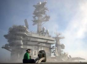 Il nostromo Ashley Linares, assegnato alla portaerei USS Nimitz, è in contatto con l'operatore in plancia per il pad di ricarica. La Nimitz si sta preparando con una serie di esercitazioni in vista di un possibile schieramento in missione nel 2017 (ph U.S. Navy/Cole Schroeder)