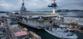 Dopo 15 anni di attività operativa, la portaerei Charles de Gaulle, tra la base navale Vauban bacino Tolone per vivere un grande progetto di modernizzazione. Questo mezza età revisione sito ripristinerà la capacità operativa per la portaerei per i prossimi venti anni. (Foto Navy)