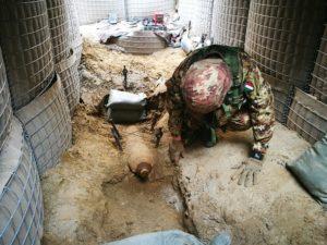 Bomba d'aereo disinnescata dagli artificieri (foto Esercito Italiano)
