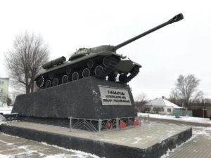 Un T34 sistemato come monumento per la vittoria durante il cammino di Stefano Lupi