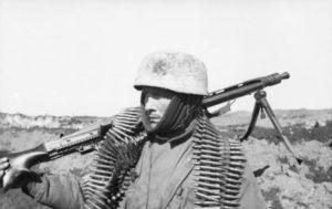 Paracadutista tedesco con MG42 (foto Bundesarchiv)