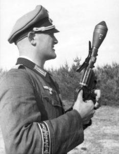 """Russland, Soldat der Division """"Großdeutschland"""" (Bundesarchiv) con una sturmpistole"""