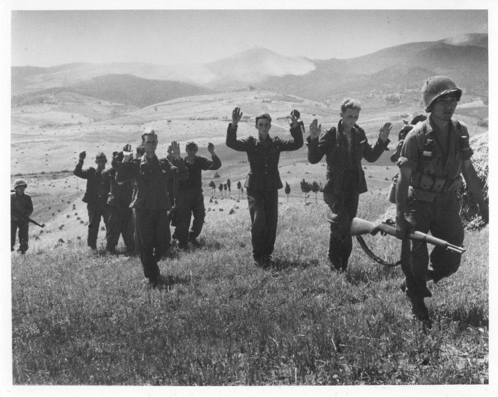 Tedeschi si arrendono ai Nisei durante la campagna d'Italia (ph National Archives)