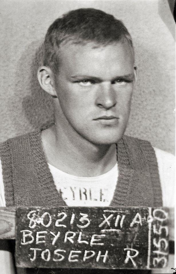 Joseph Beyrle il soldato Usa che combatté con l'armata rossa, nella foto segnaletica dei campi di prigionia tedeschi