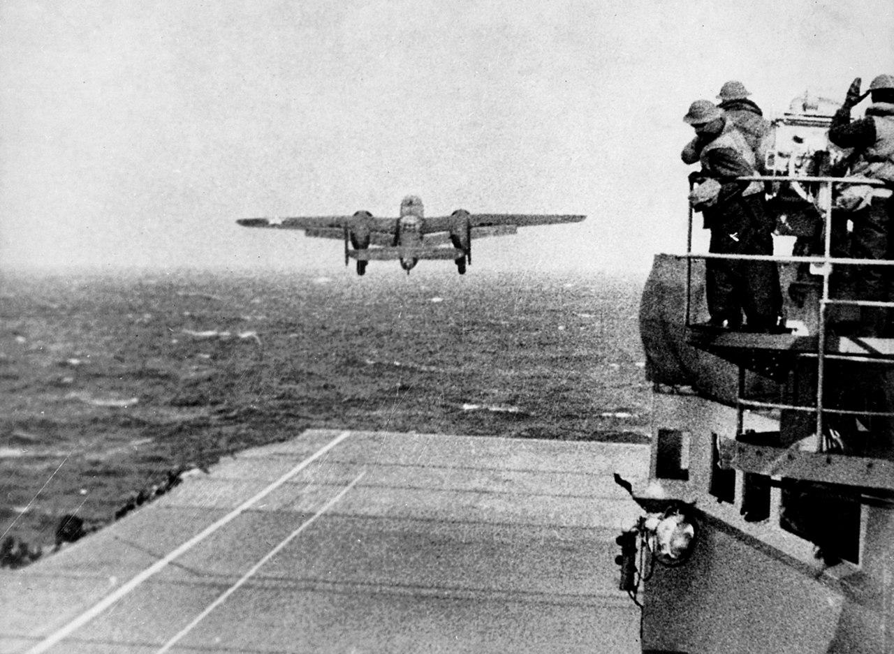 I B25 Mitchell al decollo dal ponte di volo della portaerei Hornet (foto Us Navy)