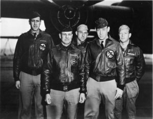 "L'equipaggio del B25 di Doolittle da sinistra: Lt. Henry A. Potter, Lt. Col. James ""Jimmy"" Doolittle, Staff Sgt. Fred A. Braemer, Lt. Richard E. Cole and Staff Sgt. Paul J. Leonard (foto Usaf/National Museum of the U.S. Air Force)"