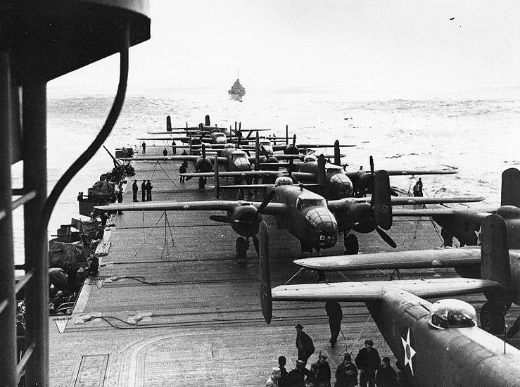 I B 25 sul ponte di volo della portaerei Hornet (foto Us Navy)