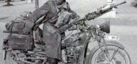 """Una Moto Guzzi """"Alce"""" del Regio Esercito nel 1941 in Jugoslavia, armata con un mitragliatore Breda mod. 30 montato sul manubrio"""