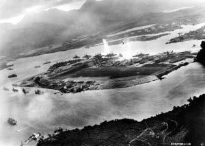 Foto della Baia di Pearl Harbor durante l'attacco, scattata da un caccia Giapponese: un siluro ha già colpito la West Virginia (Us Navy)