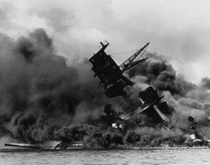 L'Arizona brucia dopo essere stata colpita dai siluri giapponesi a Pearl Harbor