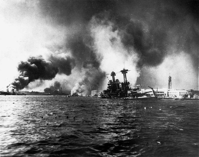 La Usa California danneggiata dai siluri giapponesi (Us Navy)