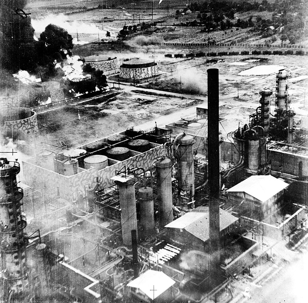 Le raffinerie di Ploiesti danneggiate (foto Usaf)