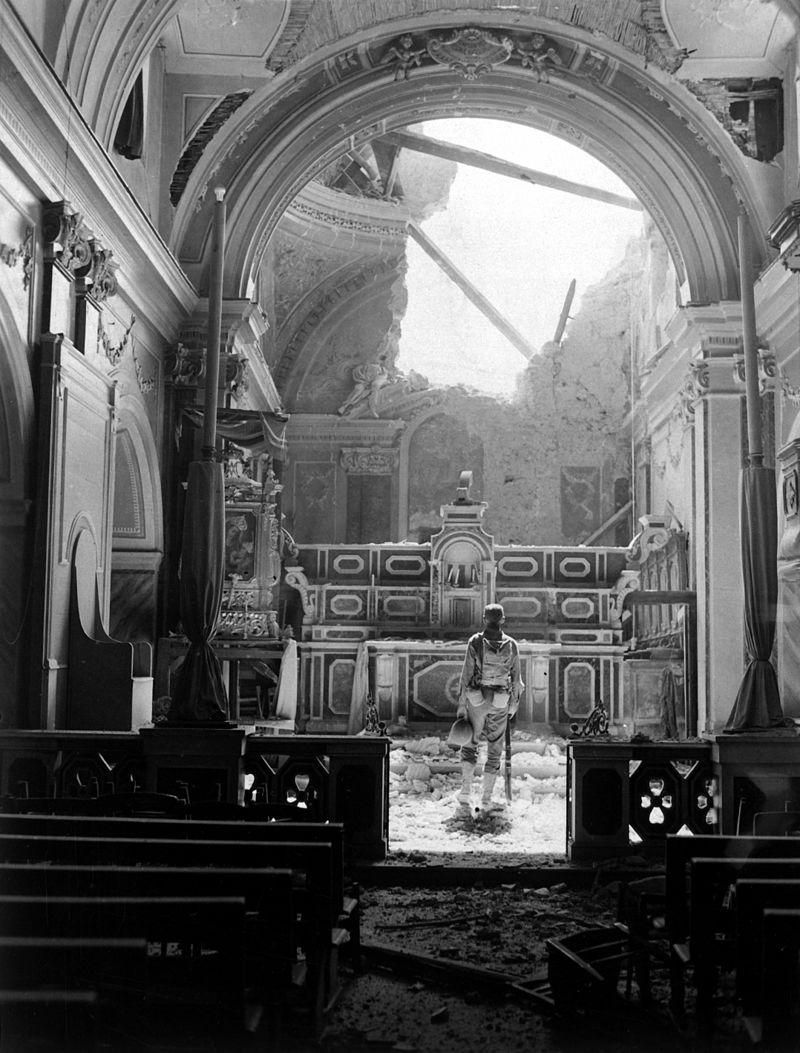 Un soldato americano entra nella chiesa bombardata di Acerno (National Archives)