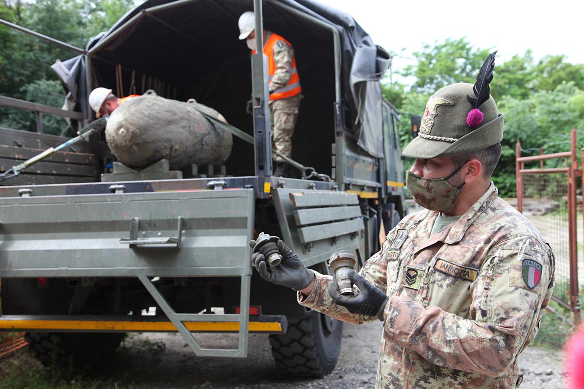 artificieri della julia disinnescano ordigno da 2000 libbre della ww2 (foto Esercito Italiano)