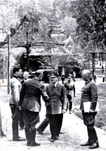 Klaus Von Stauffenberg con Hitler (Bundesarchiv)