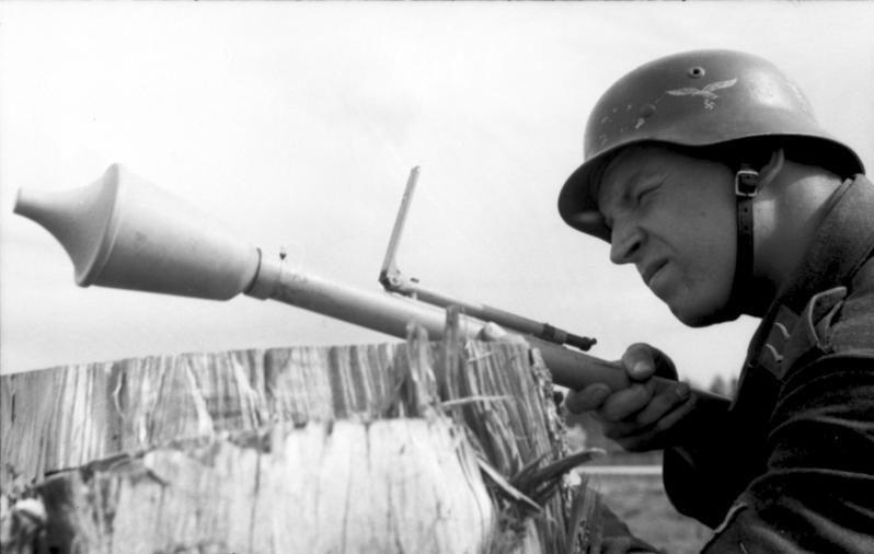 soldato della Luftwaffe mira col suo Faustpatrone, predecessore del Panzerfaust (foto Bundesarchiv)