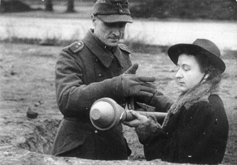 Volkssturm, una donna con Panzerfaust (foto Bundesarchiv)