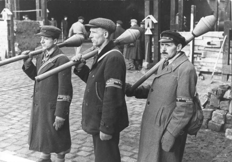 membri della Volkssturm inquadrati con il panzerfaust in spalla (Bundesarchiv)