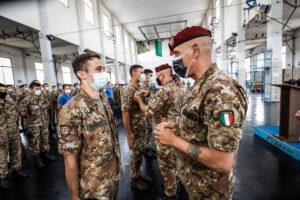 Il Comandante dell'Accademia di Modena Gen. b Rodolfo Sganga durante la consegna del brevetto di Paracadutista n(foto Esercito italiano)