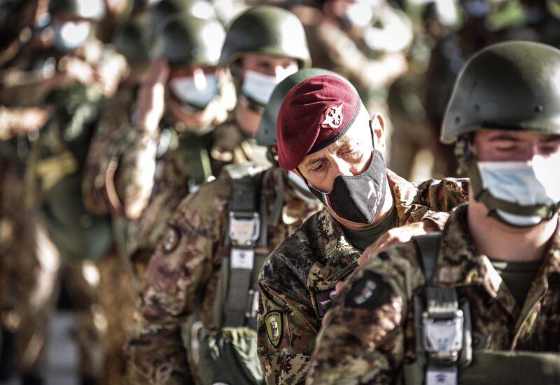 Folgore, gli allievi dell'accademia di modena al primo lancio (foto Esercito Italiano)