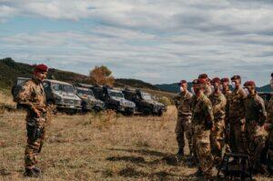 Il Comandante del Nembo Col. Zampella parla ai paracadutisti (foto Esercito Italiano)
