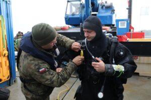 La marina polacca al lavoro per disinnescare la bomba (foto Marynarka Wojenna)