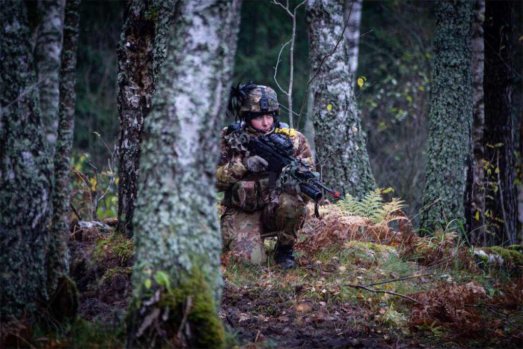Esercitazione in Lettonia Bersagliere in attività di pattugliamento (foto Esercito Italiano)