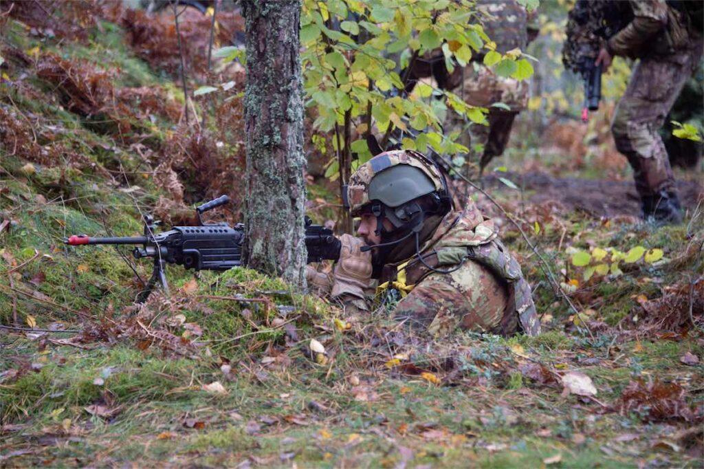 Esercitazione in Lettonia Bersagliere in puntamento (foto Esercito Italiano)