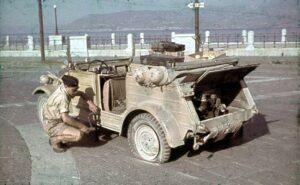Kübelwagen in panne in Sicilia (foto Bundesarchiv)