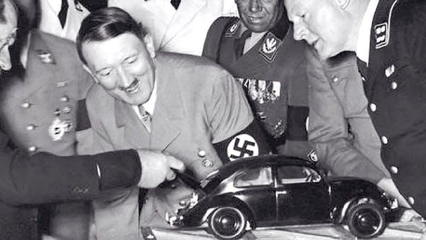 Hitler davanti al progetto del Maggiolino
