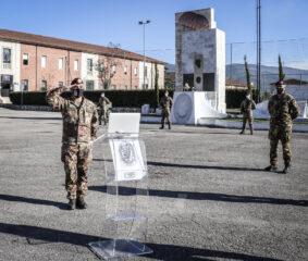 Iil Col. Zampella saluta il paracadutista Luigi Tosti collegato in videoconferenza