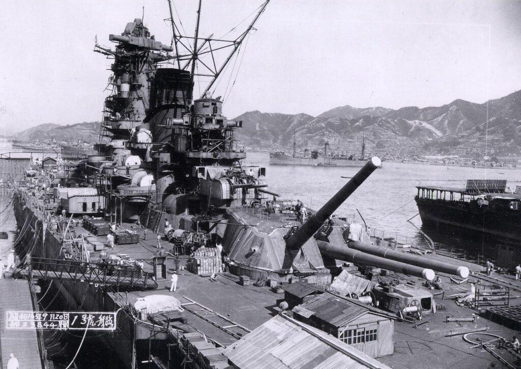 La Yamato nel bacino di carenaggio
