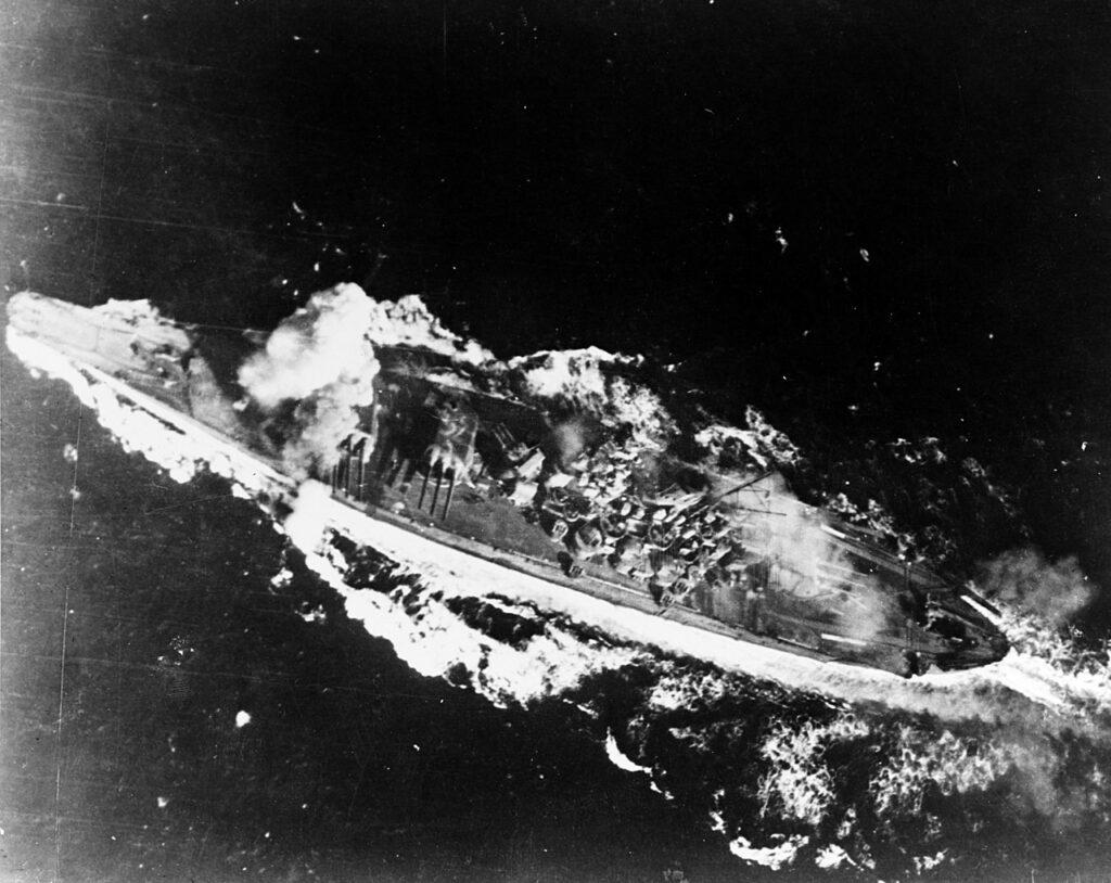 La Yamato colpita da una bomba