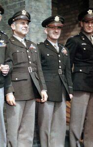 Ufficiali indossano l'uniforme tradizionale