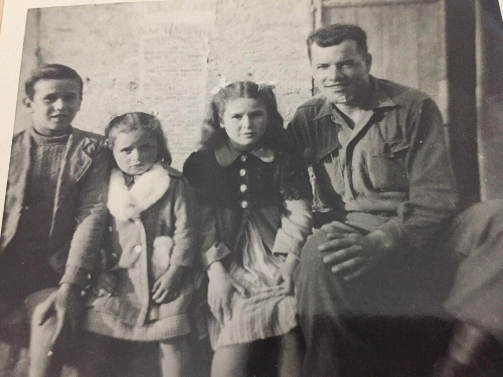 Il soldato Adler coi bimbi