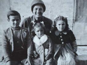 Martin Adler fotografato coi bambini incontrati sulla Gotica