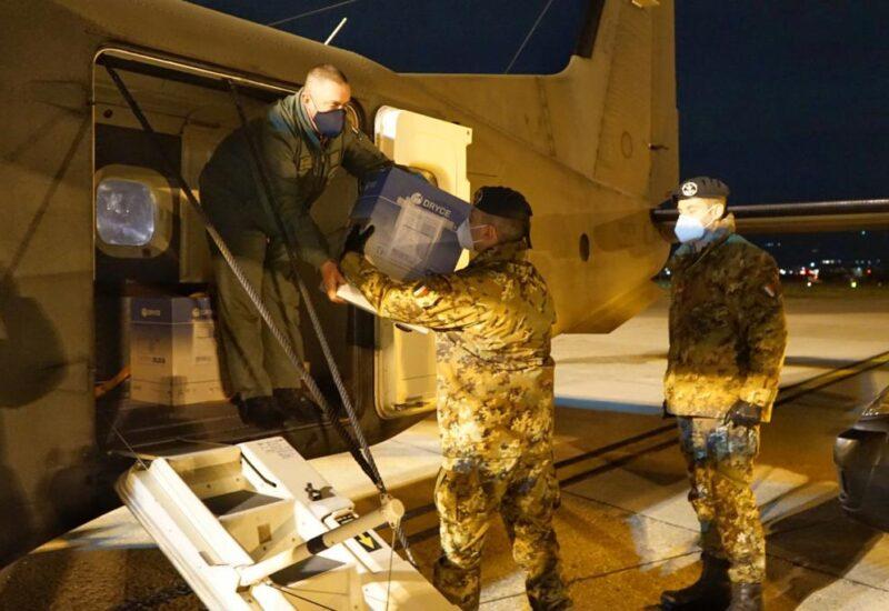 Gli uomini della divisione Vittorio Vento ritirano le dosi di Vaccino all'aeroporto fiorentino di Peretola