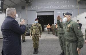 Il ministro Guerini a Pratica di Mare per l'operazione Eos