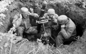 Fallschirmjäger tedeschi in una buca da mortaio (foto Bundesarchiv)