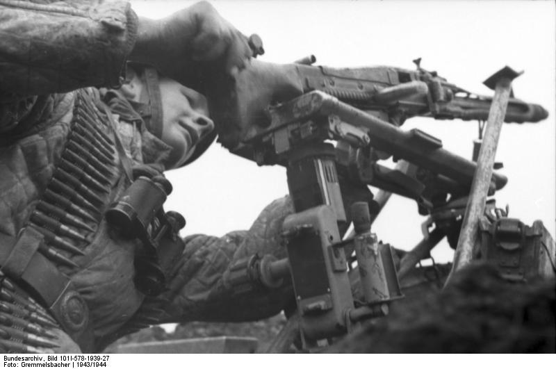 Fallschirmjäger controlla la sua MG (foto Bundesarchiv)